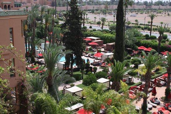Sofitel Marrakech Palais Imperial: vue piscine du balcon de la chambre