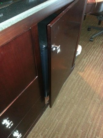 DoubleTree by Hilton Hotel Raleigh-Durham Airport at Research Triangle Park: Refrigerator in cabinet not closing