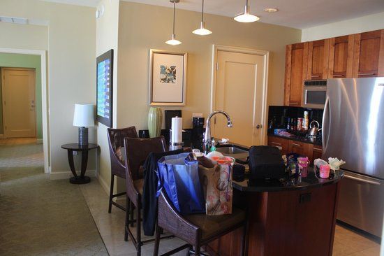 Palm Beach Marriott Singer Island Beach Resort & Spa : Suite has everything you need including a kitchen!