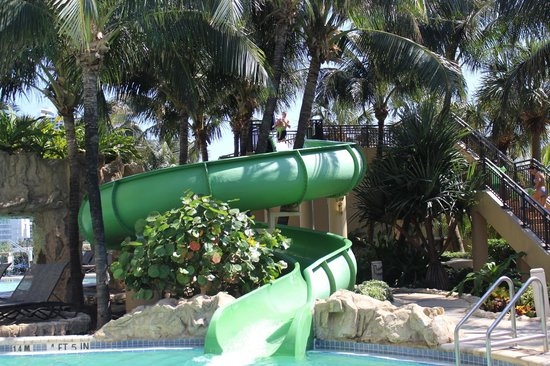 Palm Beach Marriott Singer Island Beach Resort & Spa: Fun water slide  :)