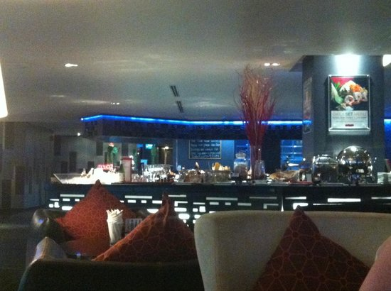 Park Plaza Bangkok Soi 18: Mezzanine restaurant level