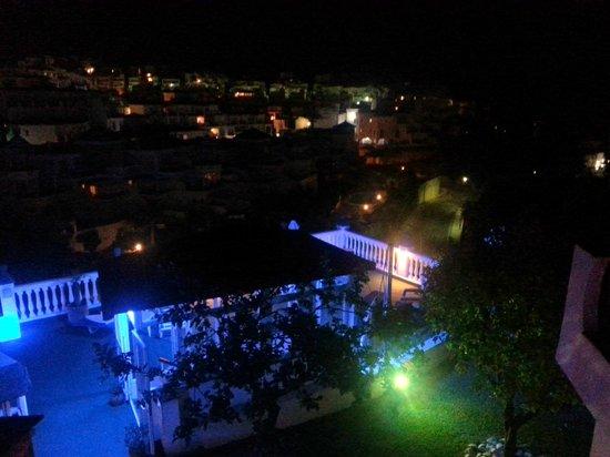 Hostal Casa Mercedes: Solarium, fuente y limoneros de noche