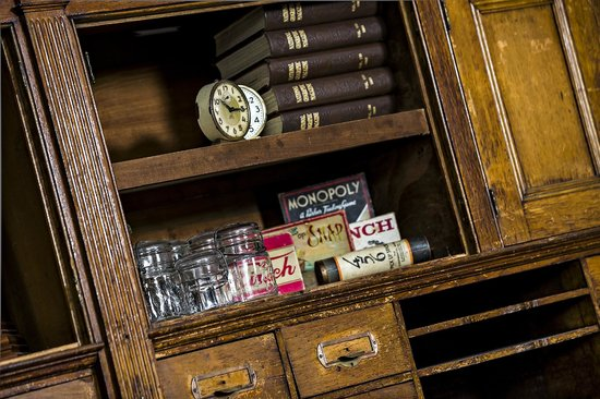 506 On The River Inn : Vintage bookshelf