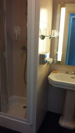Matisse Hotel: salle de bain chambre simple