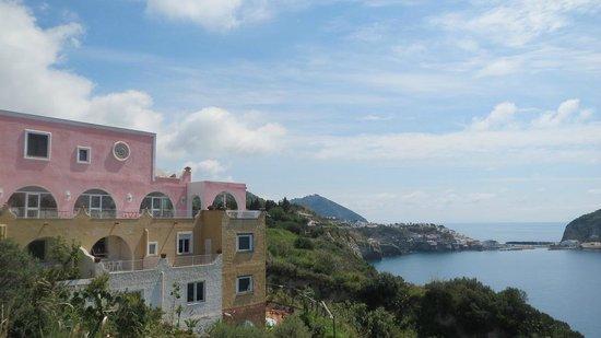 Hotel Residence Torre Sant'Angelo: L'hotel salendo da Sorgeto, la nostra camera era la prima finestra in alto! : )