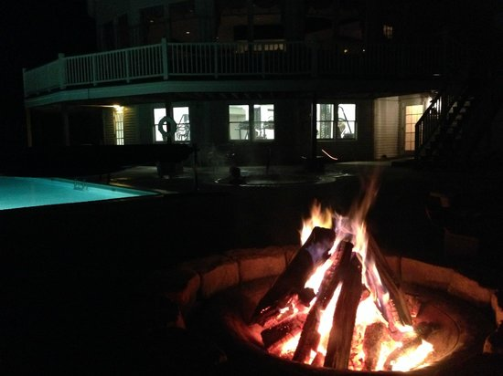 White Mountain Hotel and Resort: A warm fire after a swim in the heated pool and hot tub.