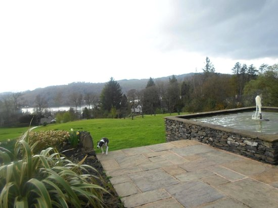 The Ryebeck : hotel garden and view of Lake Windemere