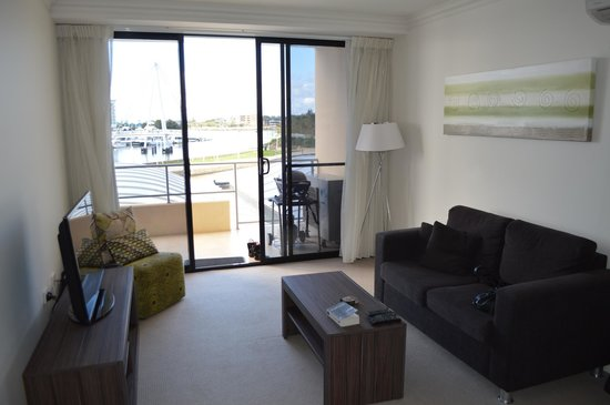Dolphin Quay Apartment Hotel: Living room / balcony