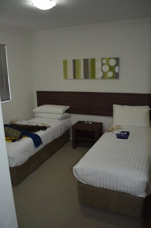 Dolphin Quay Apartment Hotel: bedroom 1