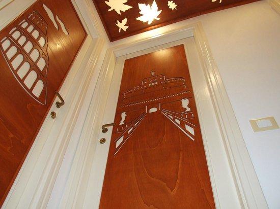 Naturalmente Roma: All the doors are artigianal, we made them by ourself