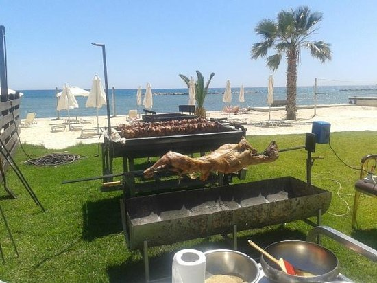 Princess Beach Hotel: Easter Roast at the Beach Bar
