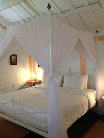 Hotel Puri Tempo Doeloe: 天蓋ベッド