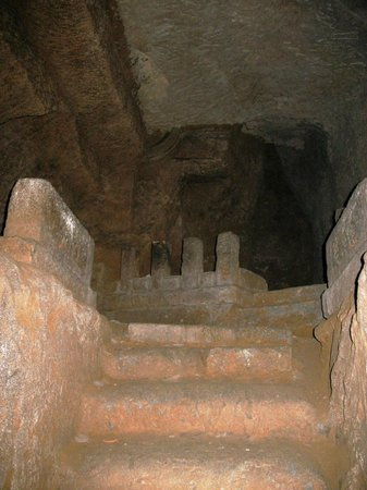 Taya Caves: ...и ещё алтарь