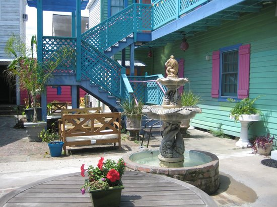 Creole Gardens Guesthouse Bed & Breakfast: Lounging in the courtyard before heading out to JazzFest