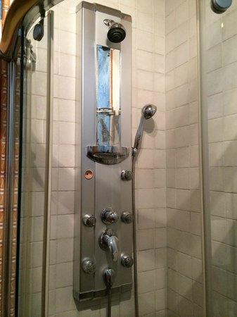 Hosteria Natura : Small shower stall with jet system