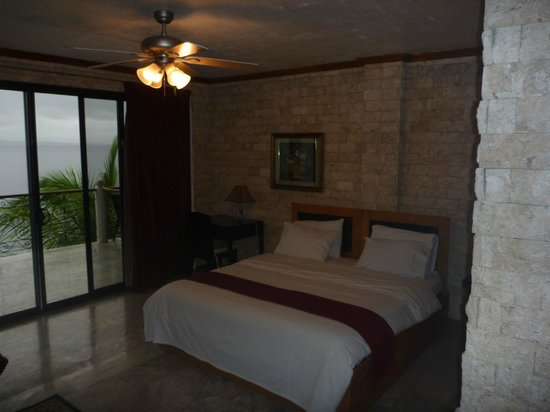 Eden Resort : The room is dark because of my photo, not because of the lighting.