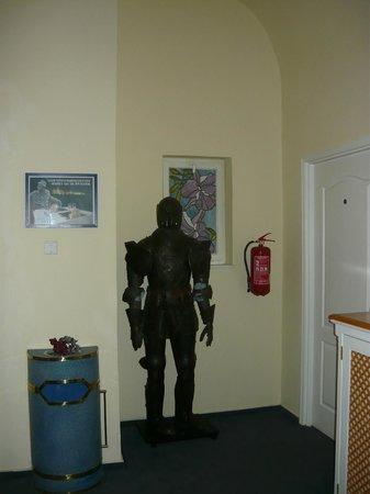 Hotel Julian: Рыцарь около лифта на 2-м этаже