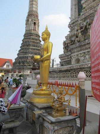 Wat Arun (Tempel der Morgenröte): Additional features around its base