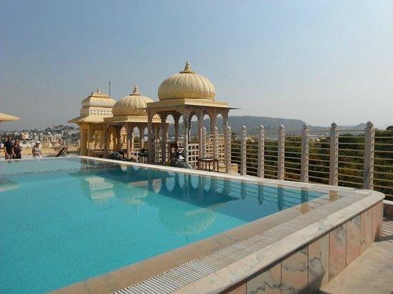 Chunda Palace Hotel: Roof top restaurant & pool