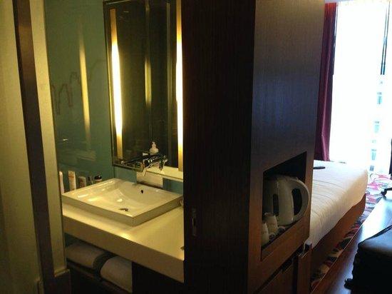 Galleria 10 Hotel Bangkok by Compass Hospitality: Bathroom