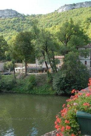 Le Festin de Babette : terrasse au bord de l'Aveyron