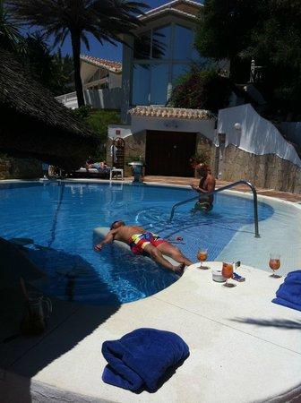 El Oceano Beach Hotel : Relaxing by the pool...