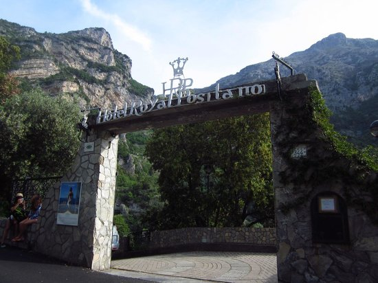 Hotel Royal Positano: view of entrance across from bus stop
