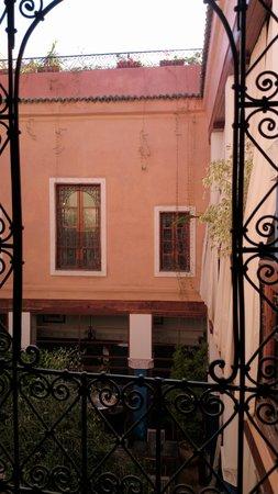 Riad Tara Hotel & Spa: vue par la fenêtre de la salle de bain