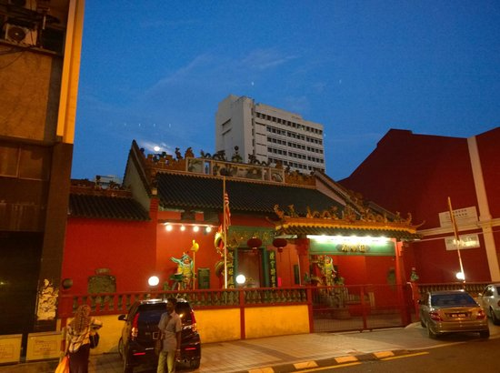 Sri Maha Mariamman Temple : Just opposite is a chinese temple