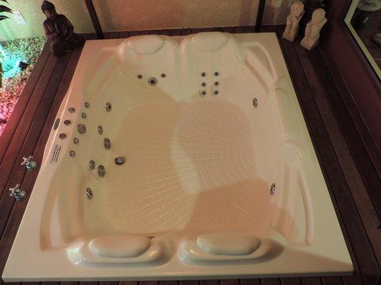 Boutique Hotel Varanda das Bromelias: Banheira de hidromassagem do Refúgio 23