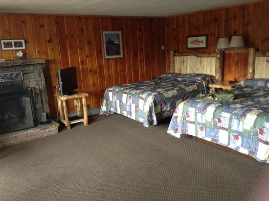 Discovery Lodge : Two queen beds look out into parking lot