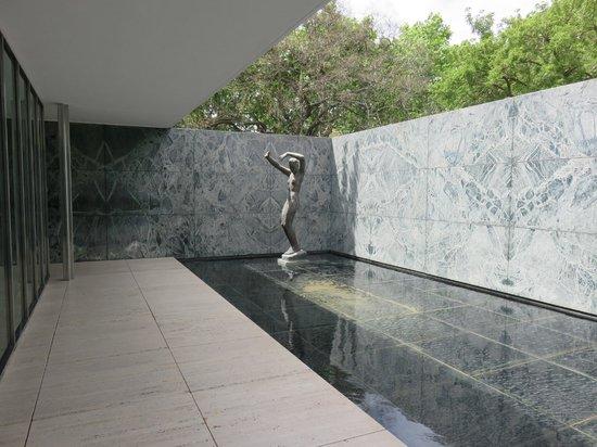 Pabellón Mies van der Rohe: Kolbe's sculpture Dawn