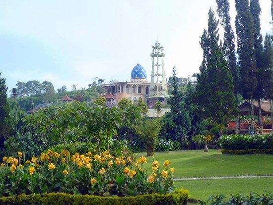 Ulun Danu Bratan Temple: muslim musjid next from this hindish temple