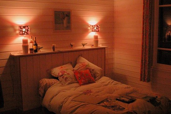Forest Farm B&B: The Pink Room at night