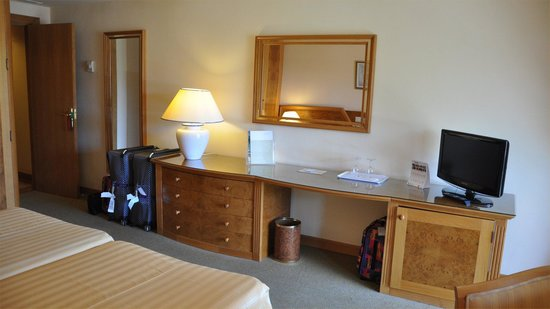 Hotel Riu Palace Oasis: Ample drawer space and minfridge under the flat screen TV