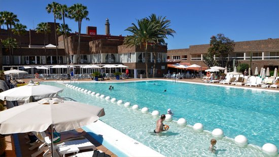 Hotel Riu Palace Oasis: Pool with pool bar beyond