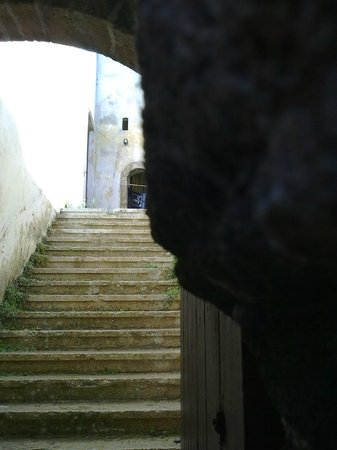 Cité Portugaise : Steps up to old synagogue