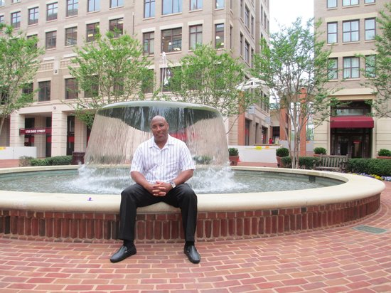 Embassy Suites by Hilton Alexandria-Old Town: Husband at the fountain