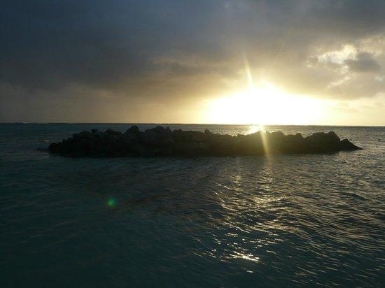 Canonnier Beachcomber Golf Resort & Spa : coucher de soleil sur la plage