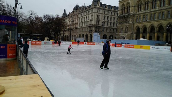 Rathausplatz: Eistraum in Wien, auch bei Regen und Schlechtwetter
