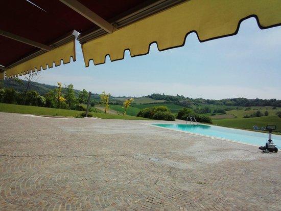 Spinerola Charme & Relax: 夏場に利用可能なぶどう畑を見渡せるプール