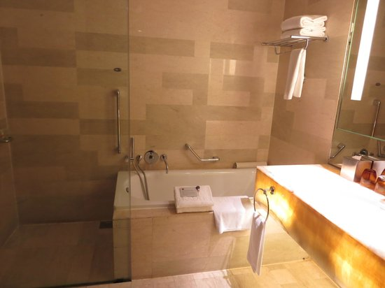 Traders Hotel, Kuala Lumpur : bagno-doccia