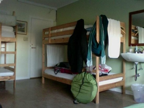 Igdlo Guesthouse: the 'single' room for me, large room for up to 7 people with own sink and view at perlan