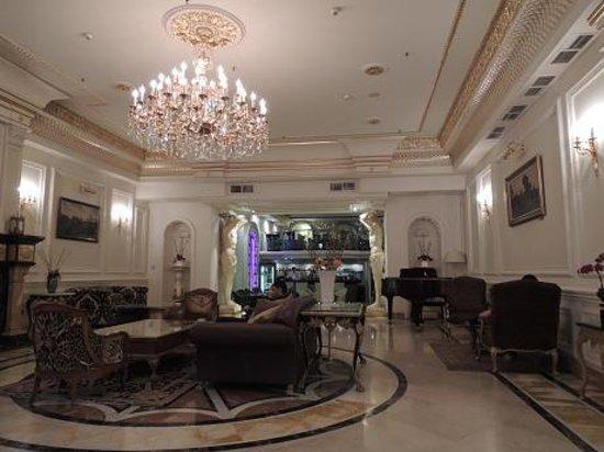 Hotel Savoy Moscow: ロビーの奥にお洒落なバールがあります