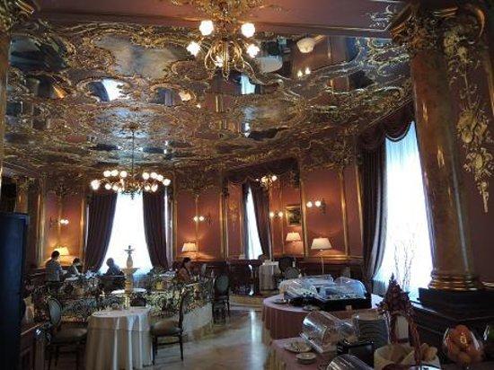 Hotel Savoy Moscow: レストランには池があります