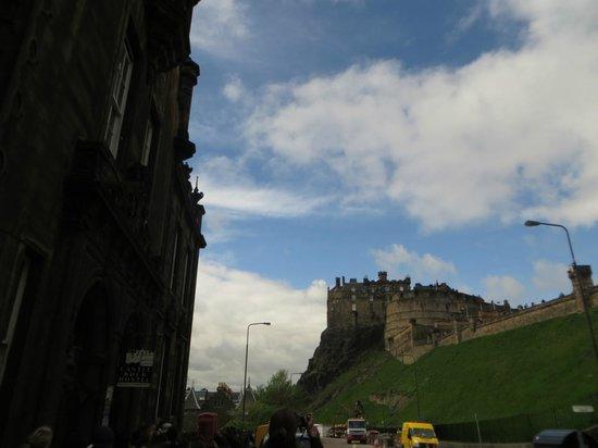 Castle Rock Hostel : outside of hostel facing the castle