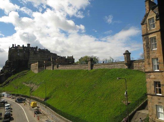 Castle Rock Hostel : edinburgh castle from our window