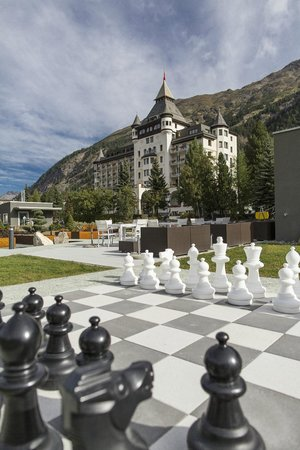 Hotel Walther: Aussenansicht mit Schachfeld und Gartenpark