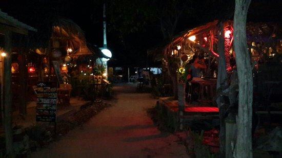 Oasis bar & restaurant Phi Phi Island : La aldea de noche, del lado derecho Oasis