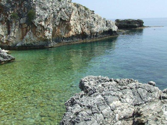 Porto Skala Hotel & Village Resort : La spiaggia (lato est)